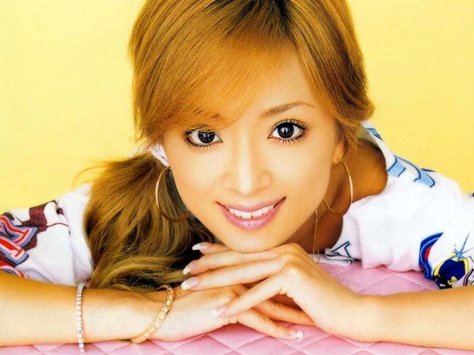 миниатюрная японская девушка  Аюми Хамасаки