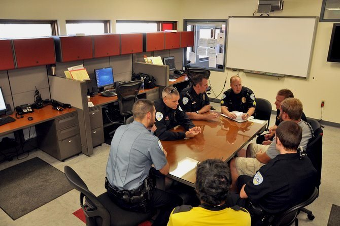 ежедневное совещание в полицейском участке в США