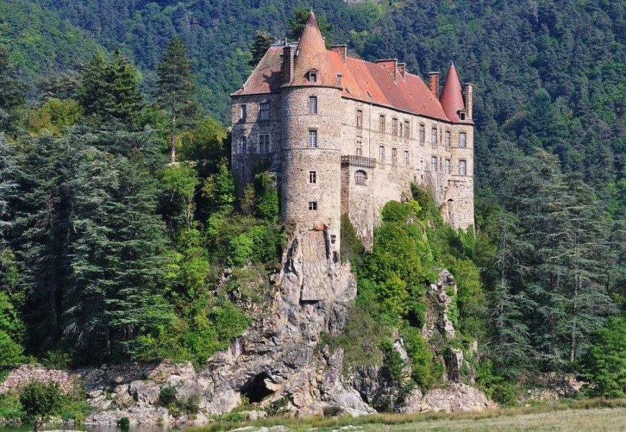 замок Лавут-Полиньяк во Франции