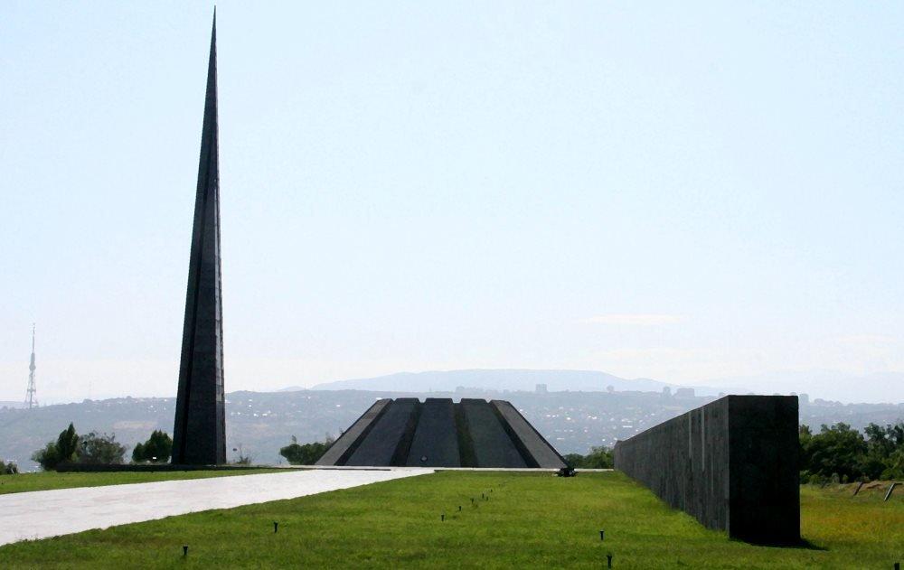 вид на мемориальный комплекс Цицернакаберд