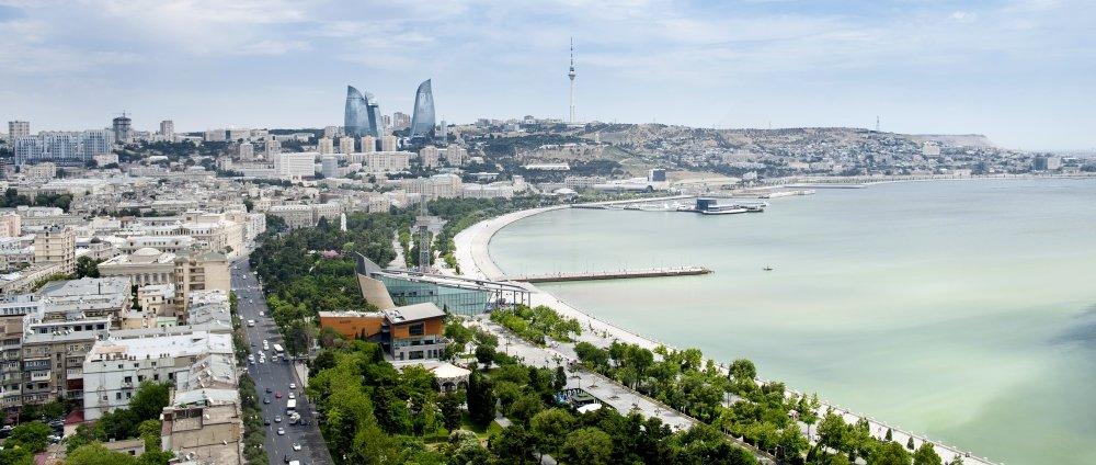 набережная у моря в Баку