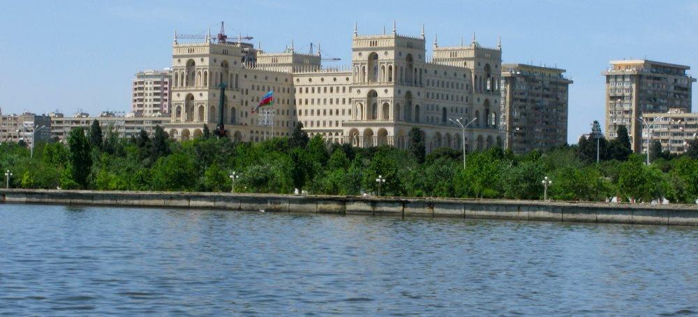набережная вдоль моря Баку