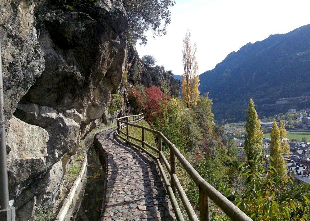туристическая тропа у гор