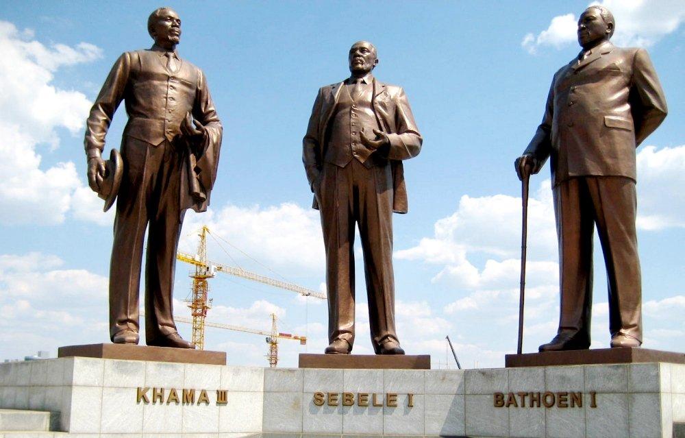 Памятники правителей Ботсваны