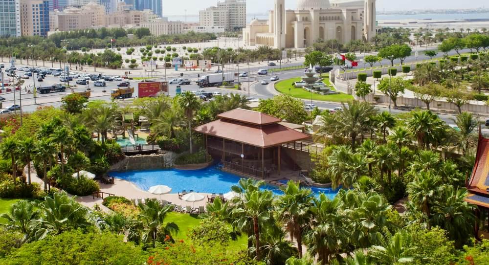 оазис на территории отеля в Манаме