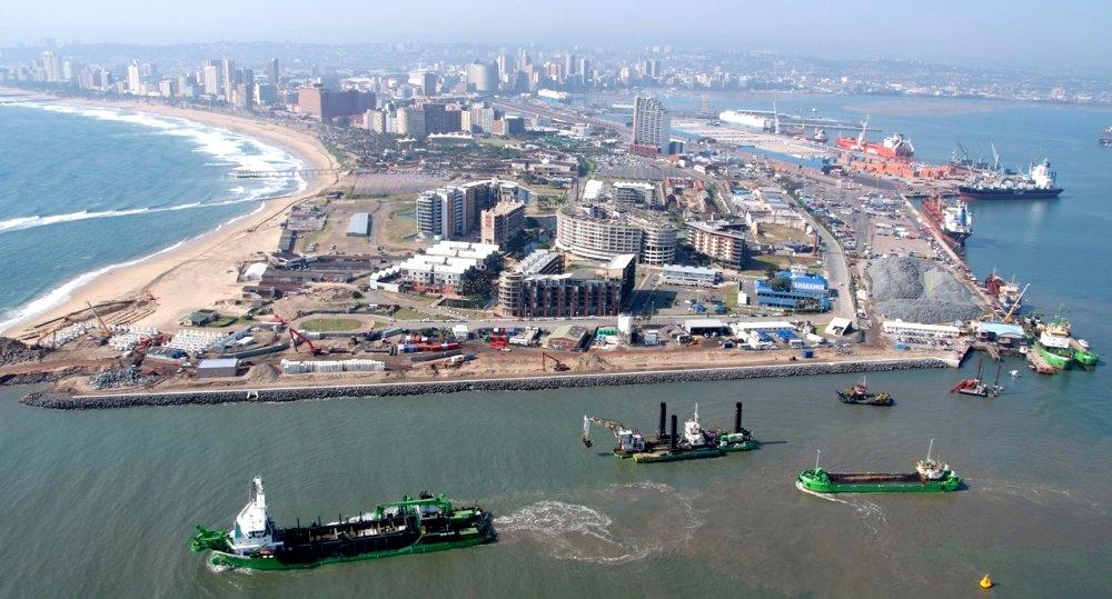 фотография порта и городская панорама