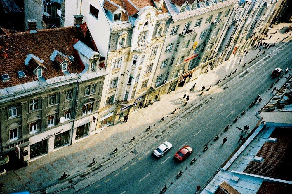 вид сверху на городскую улицу