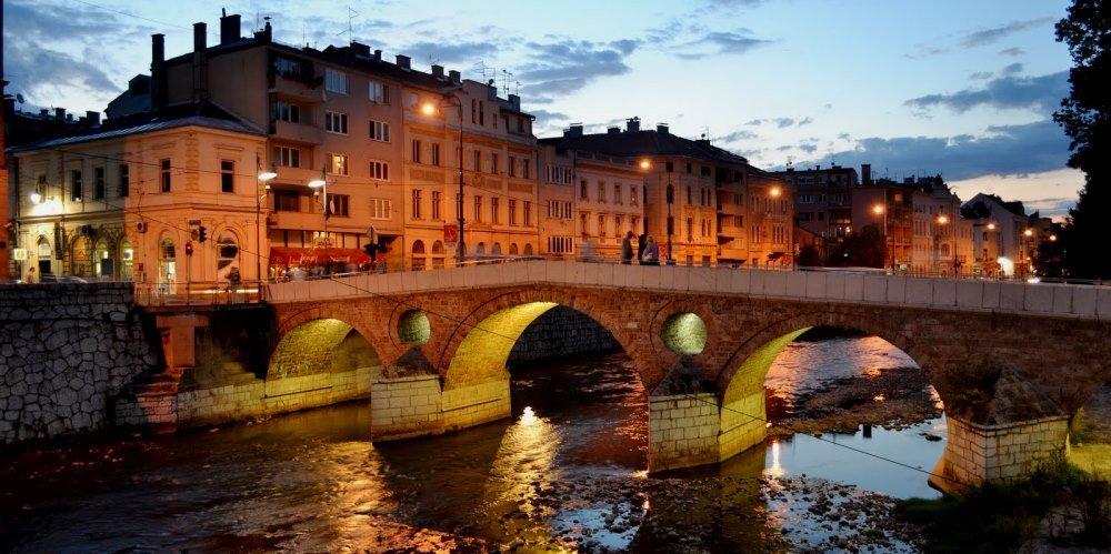 мост и набережная в Сараево