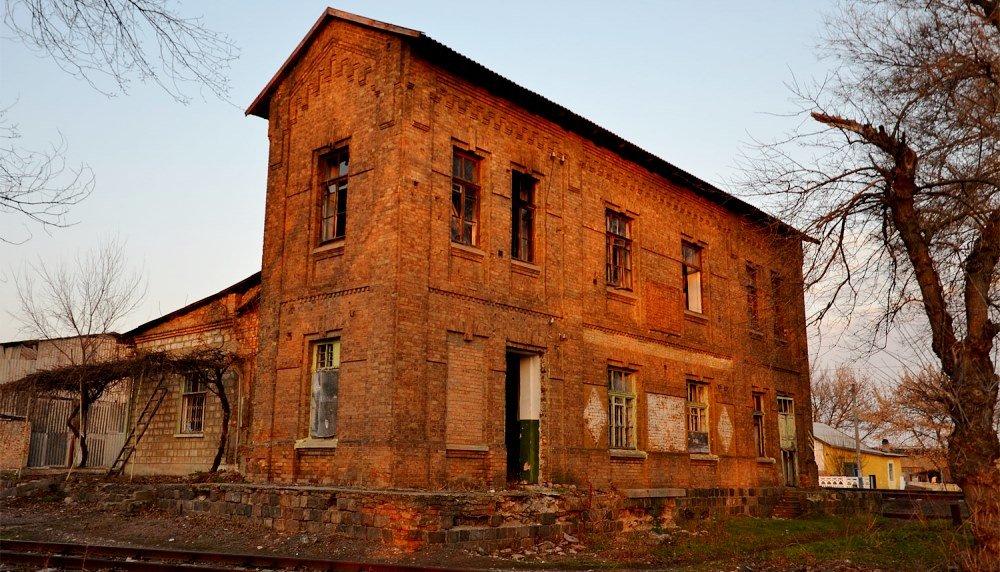 Старый кирпичный дом на улице Ленина