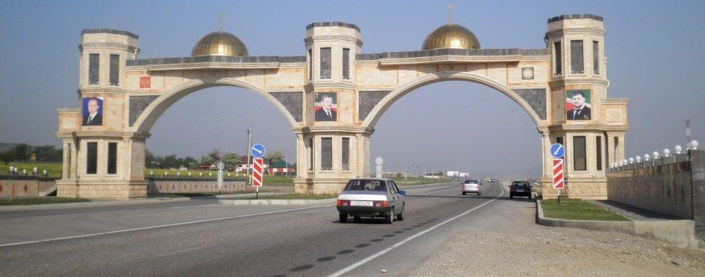 ворота на въезде в Гудермес