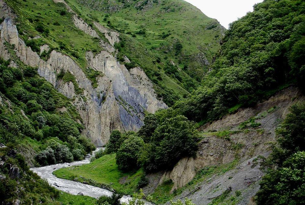 река Аргун, текущая через ущелье
