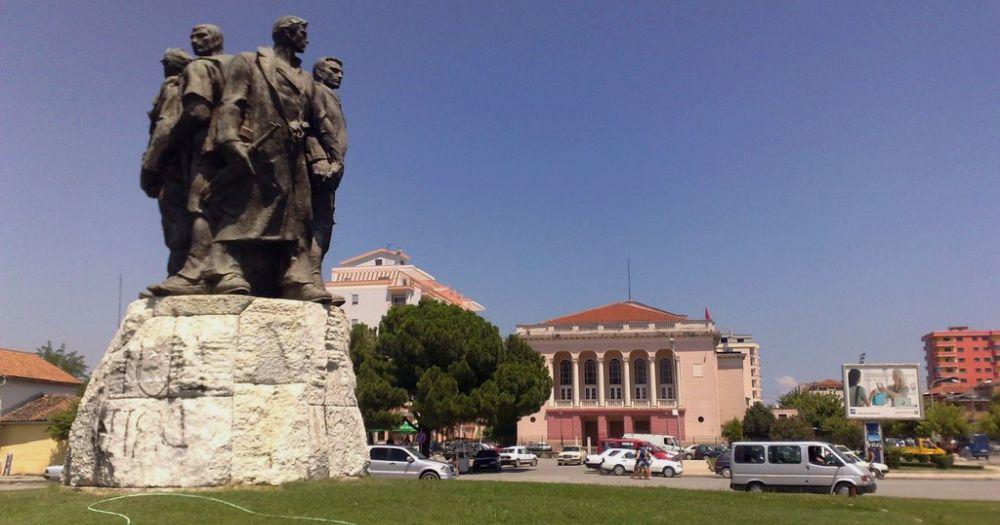 Монумент пяти героям в городе Шкодра