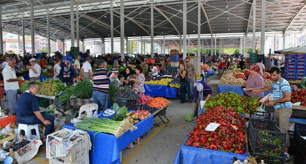 рынок со свежими фруктами и овощами