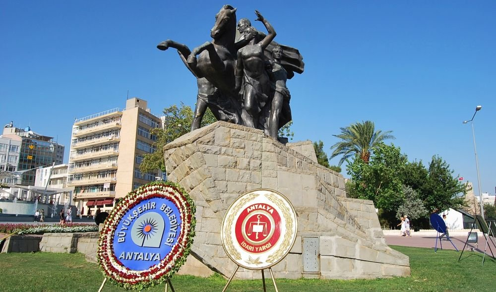 Памятник Ататюрку в Анталии