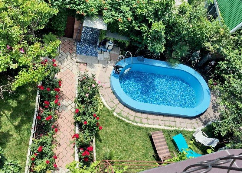 двор, сад и бассейн в частном секторе