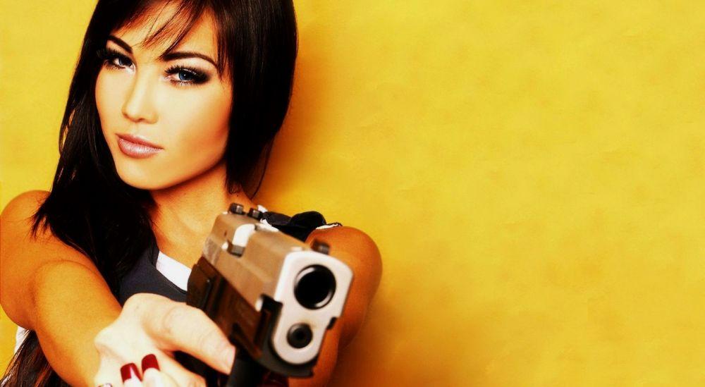 хрупкая девушка с пистолетом