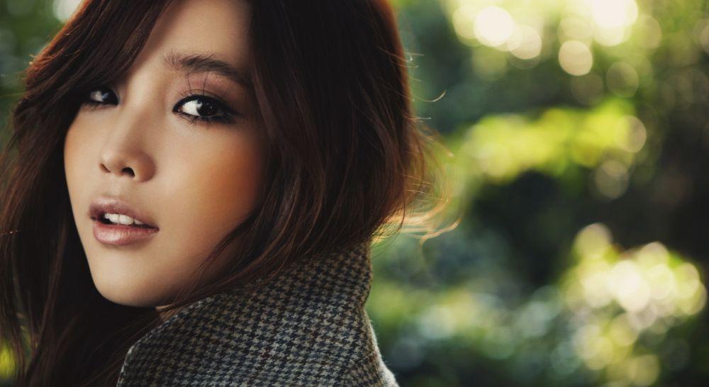 кореянка с карими глазами