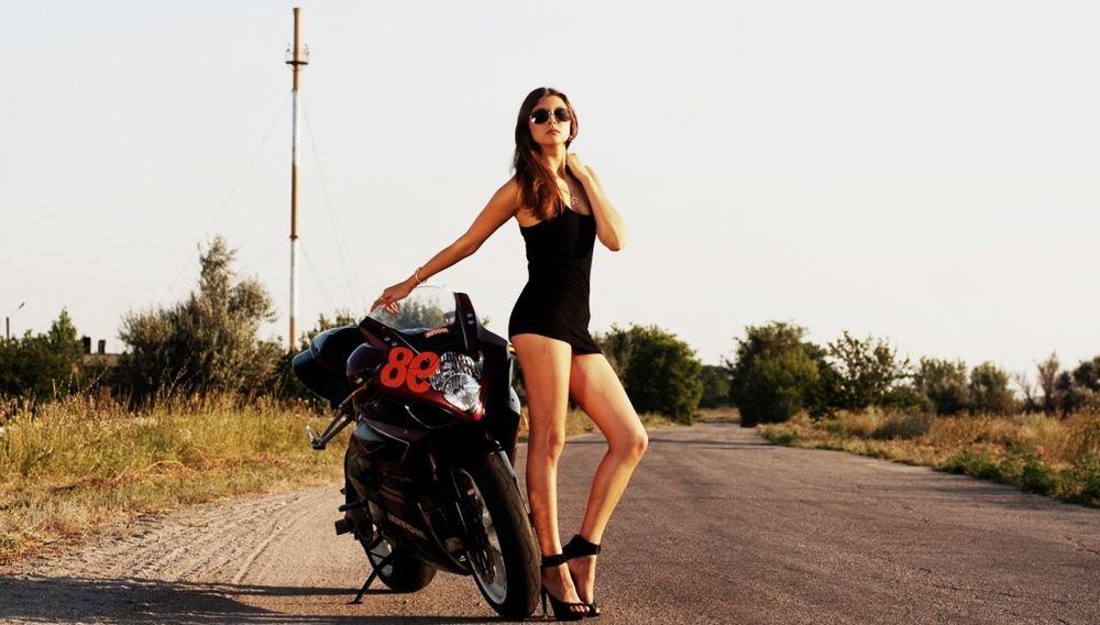 длинные ноги и мотоцикл