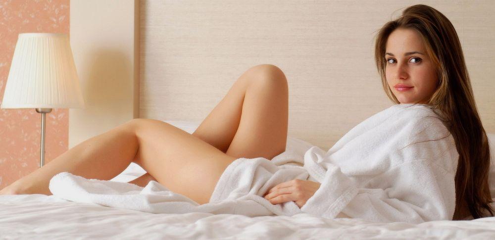 прекрасная особа в халате на кровати