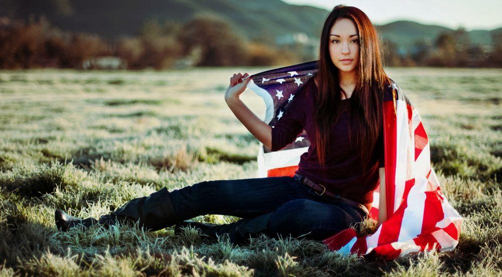 милая американка с национальным флагом