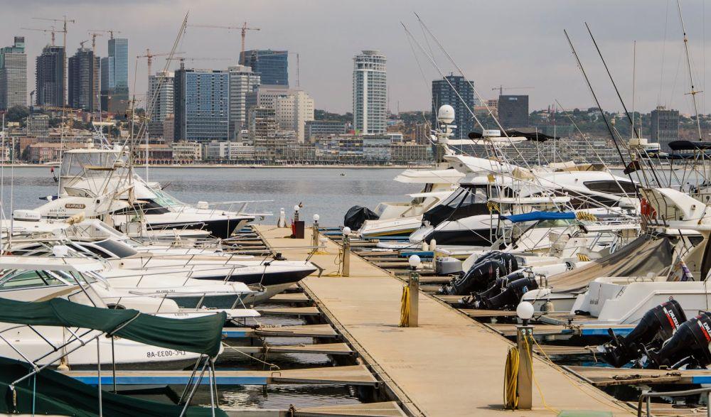 яхты и катера у пристани